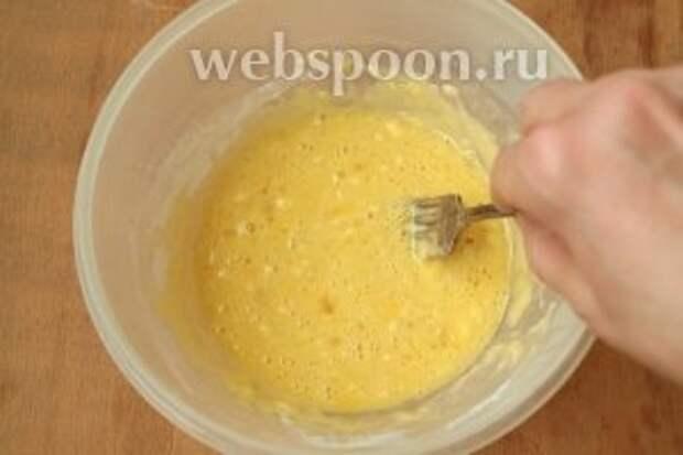 Поставить варить куриное филе или же его можно запечь в духовке или обжарить на сковороде. Заняться приготовлением блинчиков. Взбить яйца вилкой, добавить муку и пару ложек воды, немного посолить.