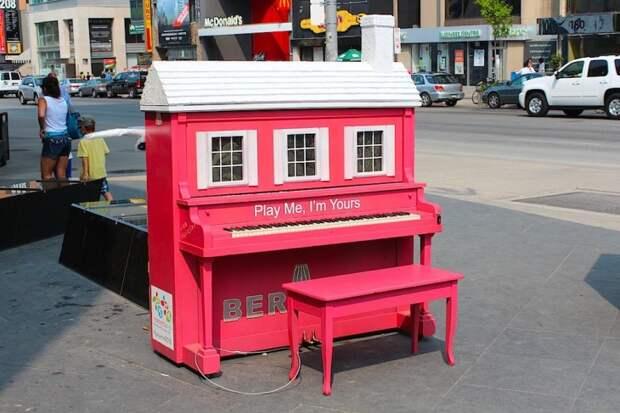 Пианино прямо посреди улицы, на котором может бесплатно сыграть кто угодно – это прекрасное явление, популярное во многих городах. Но эта идея принимает еще более восхитительную форму, когда до пианино добираются художники.