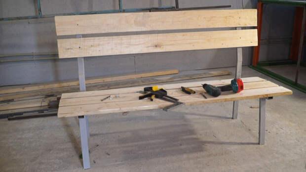 Самодельная скамейка в гараж, сделал из подручных средств.