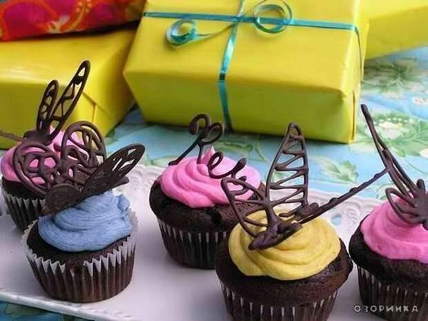 украшаем шоколадными бабочками пироженое