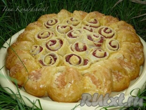 Выпекаем пирог с колбасой и сыром в разогретой до 180 градусов духовке 45-50 минут до аппетитно-золотистого цвета.