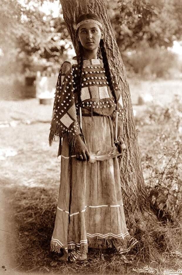 Североамериканская индианка (индеанка) из группы народов сиу. Фото