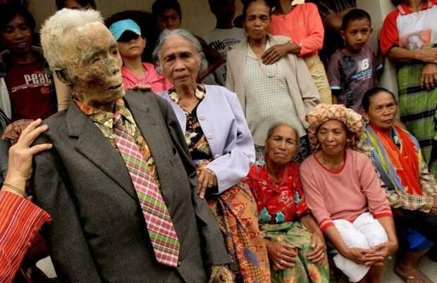 Странные погребальные обряды Индонезии