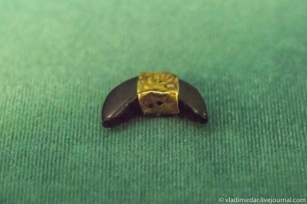 Подвеска серповидная, гешированная (гагатовая) с золотой обкладкой. Золото сарматов.