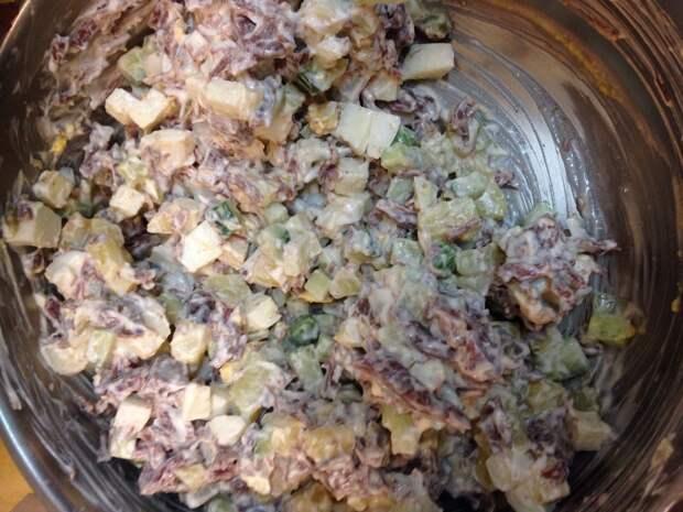 Тушенку из конины, овощи, отваренное яйцо и яблоко нарезать мелкими кубиками и перемещать вместе с майонезом