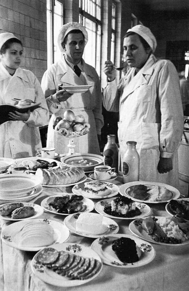 Снятие пробы с блюд на кухне Городской клинической больницы им. С.П.Боткина, 1951 год