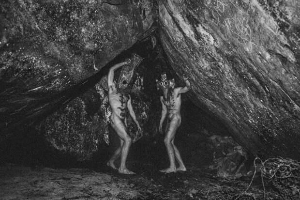 Мистические маски и иллюзорные миры: сюрреалистические работы французского фотографа