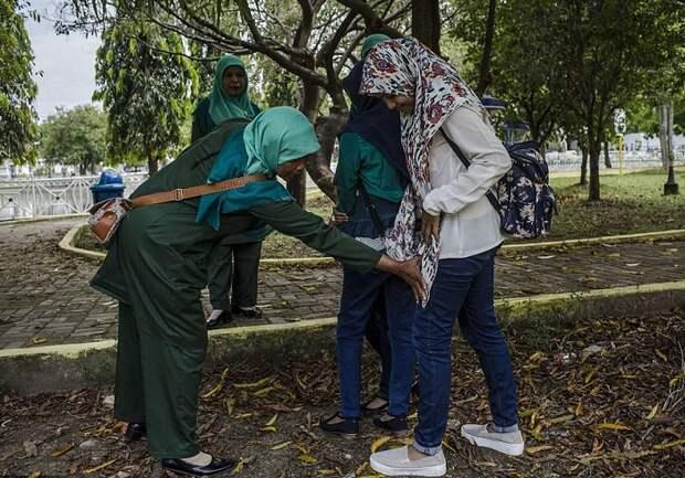 Полиция нравов: Как «милые» стражи порядка решают, сколько ударов палкой положено за нарушение морали
