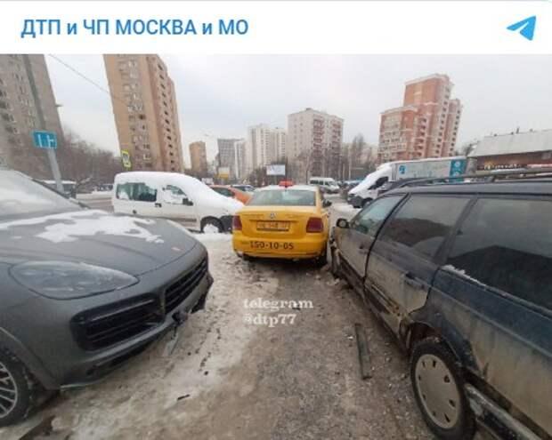 Попытка таксиста пролезть между двумя «немцами» на Петрозаводской закончилась ДТП