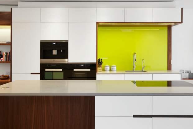 Рабочий фартук яркого цвета сделает Ваш интерьер более контрастным