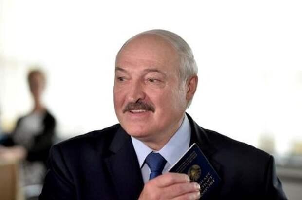 Президент Белоруссии Александр Лукашенко на избирательном участке в день выборов, на которых он баллотировался на шестой срок. Минск, Белоруссия, 9 августа 2020 года. Sergei Gapon/Pool via REUTERS