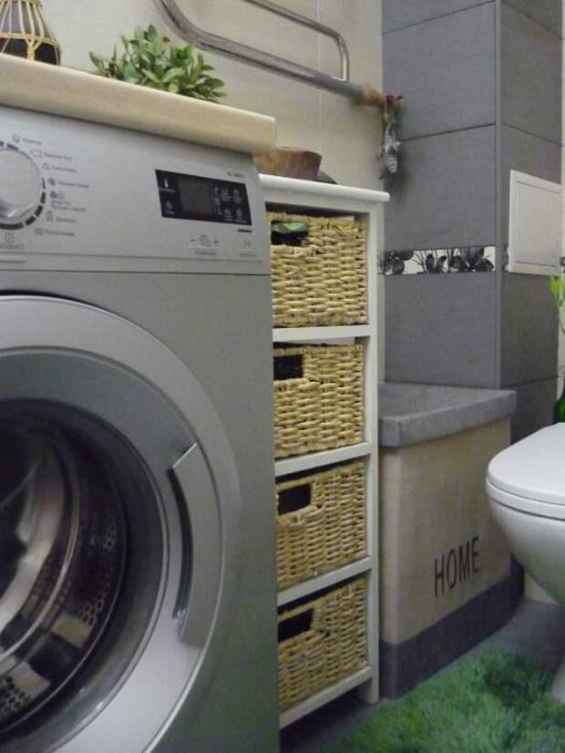 Тумба с плетеными корзинами, стиральная машина в ванной