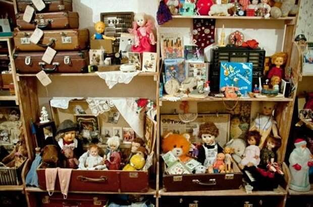 Система для хранения детских игрушек из старых чемоданов