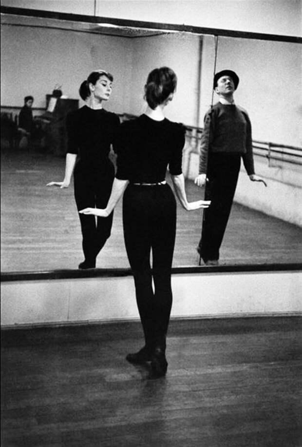Одри Хепберн в балетном классе Франция, Париж, 1956