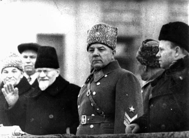 Маршал К.Е. Ворошилов и М.И. Калинин на трибуне во время парада 7 ноября 1941 года в городе Куйбышеве
