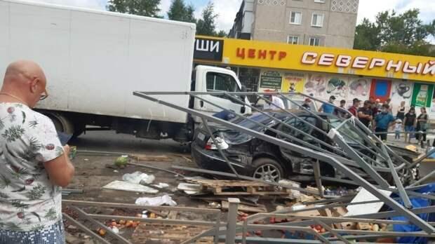 Mercedes в Омске протаранил ларек и сбил шестерых пешеходов