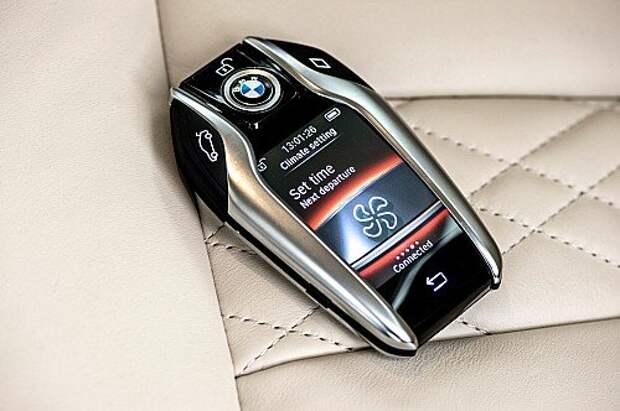 С помощью интерактивного ключа BMW Display Key можно получать информацию о техническом состоянии автомобиля, управлять климат-контролем и даже дистанционно парковаться.