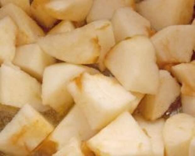 Добавляем тушить яблоки