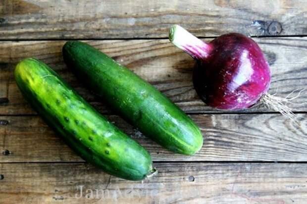 Вкусный салат из огурцов с красным луком