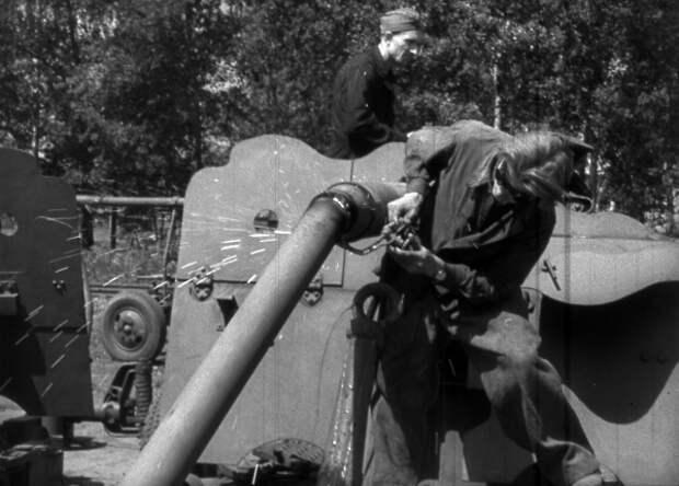 Рабочий разрезает орудие для переплавки. СССР. 1950-е гг. /  РГАКФД Арх. N 1-18524