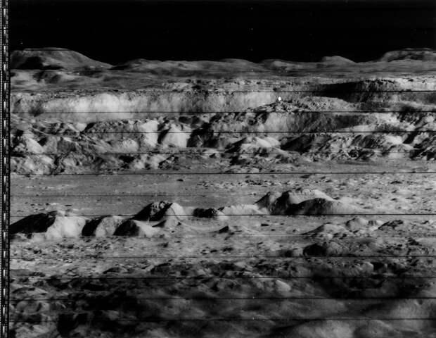 1966, ноябрь. Лунар орбитер-2. В число основных задач миссии входило получение детальных фотоснимков лунной поверхности для определения мест безопасной посадки космических аппаратов «Аполлон» и «Сервейер». На снимке кратер Коперника