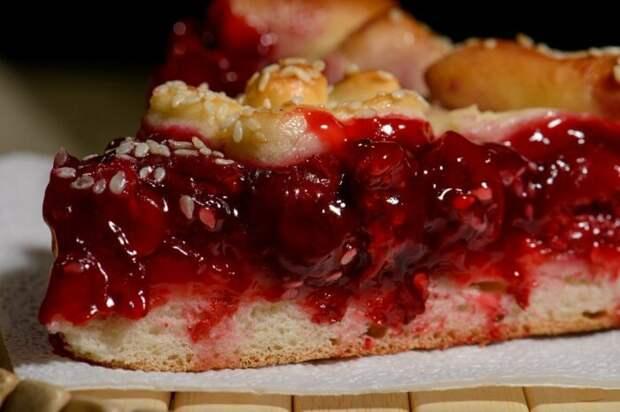 Немного крахмала сделает начинку для пирога нежной и не даст ей растечься / Фото: 2gis.ru