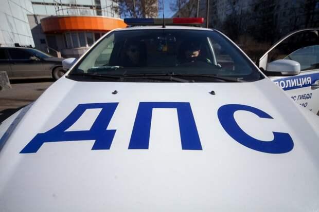 На Волоколамке водитель такси врезался в грузовик