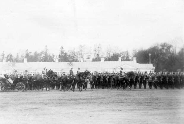 10. Император Николай II, германский принц Фридрих-Вильгельм с офицерами русской армии объезжает войска, выстроившиеся для парада