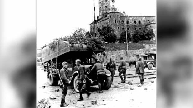 Понтонная машина Н2П-41 «литер А-1» у замка XIII века в Выборге. 1944 год авто, автоистория, военная техника, история, переправа, понтон, понтонно-мостовая переправа