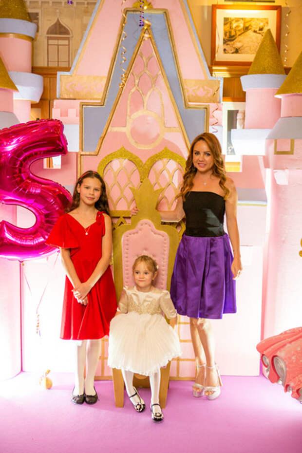 Сейчас МакSим проводит все время с дочерями Сашей и Машей