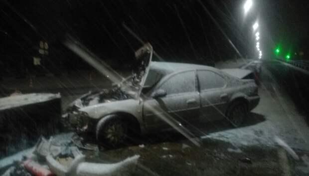 Иномарка врезалась в бетонное ограждение на автозаправке в Подольске