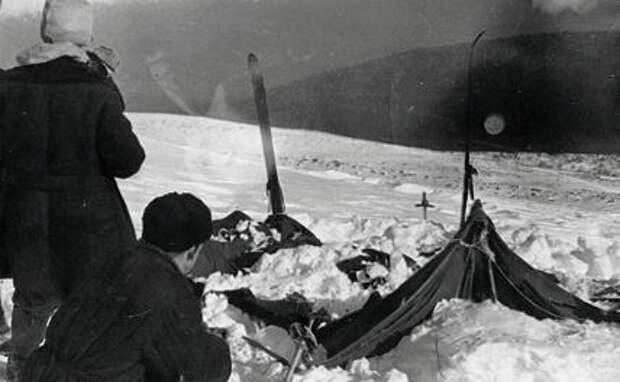 На фото: палатка группы Дятлова, частично раскопанная от снега