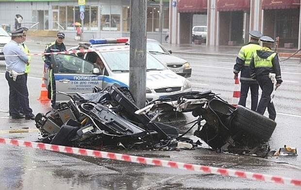 Москва. 27 июня 2015. На месте ДТП на улице Большая Якиманка с участием автомобиля Porshe 911, в результате которого погибли два человека.