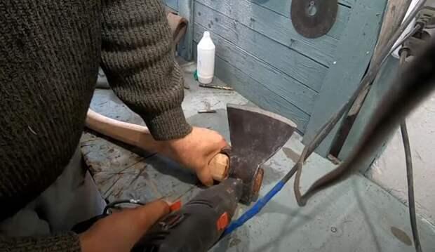 Собираем топор и садим лезвие на шуруп. /Фото: youtube.com.