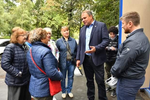 Петр Толстой обсудил с жителями Кузьминок ремонт поликлиник / Фото: Денис Афанасьев