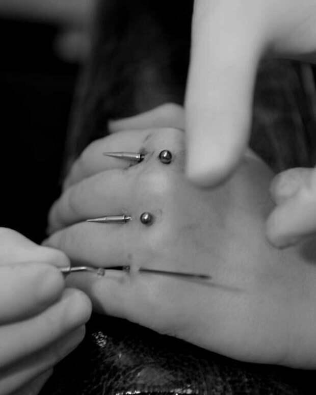 Пирсинг между пальцев