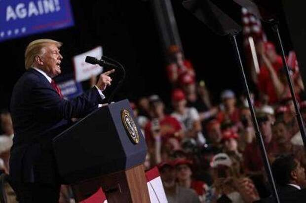 Трамп провел предвыборный митинг в закрытом помещении, несмотря на опасения в связи с коронавирусом