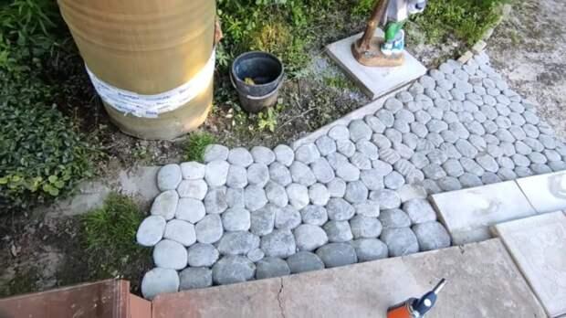 Мужчина завернул цементный раствор в пленку и получил потрясающе красивый и простой декор участка