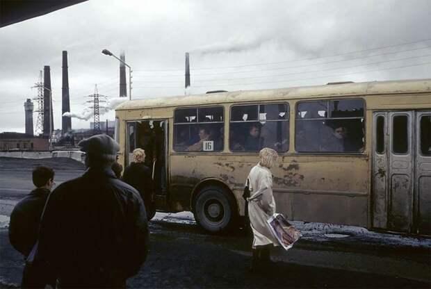 Норильск, автобусная остановка, 1993 г. 90-е годы, 90-е годы. жизнь, СССР, жизнь в 90-е, ностальгия, старые снимки, фотографии россии, фоторепортаж