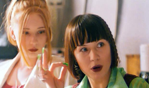 """кадр из кинокартины """"Страна глухих"""". Зеленый лак для ногтей у Яи"""