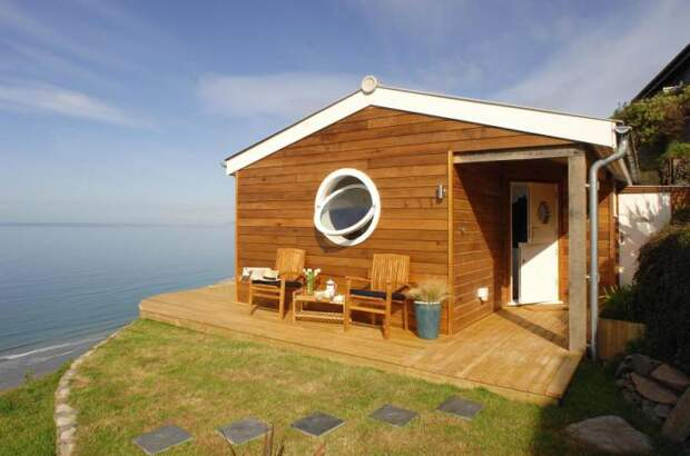 Небольшой домик у моря.