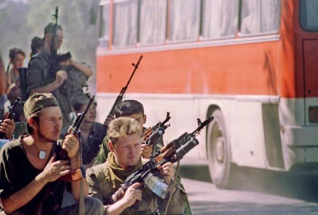 19 июня 1995 года. Российские силовики наблюдают за отходом автобусов с боевиками Басаева из Буденновска.
