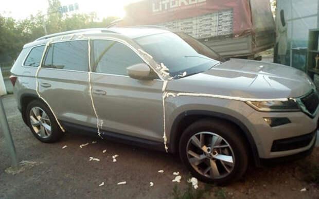 Расплата за неправильную парковку: Шкоду залили монтажной пеной