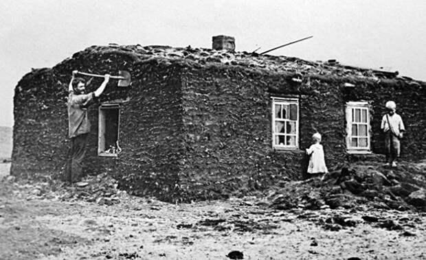Первые строители Магнитки из вынужденных переселенцев жили в таких землянках.   Фото: inosmi.ru.