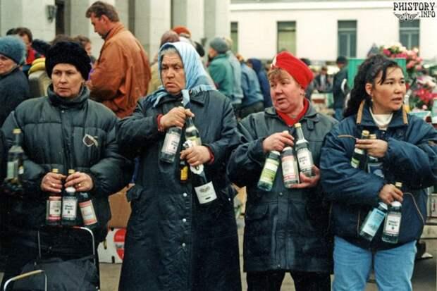 Продажа алкогольной продукции с рук на Ярославском вокзале. Мосвка. РФ. 1992 год.