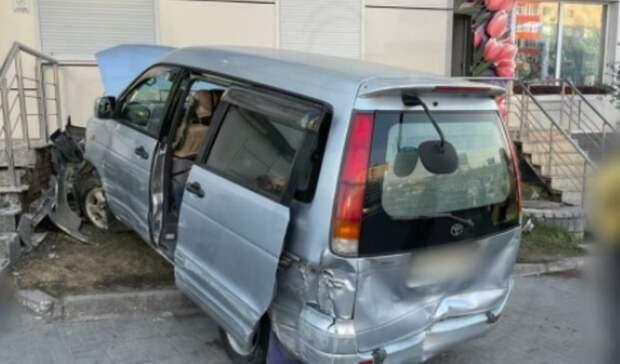 Алкодемон? Буйный микроавтобус побил несколько авто изабодал здание воВладивостоке