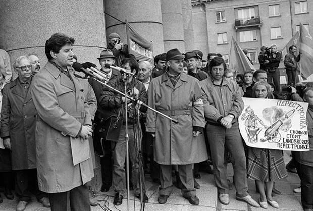 Виктор Алкснис выступает на митинге протеста против решений Верховного Совета Латвии, 1990 год