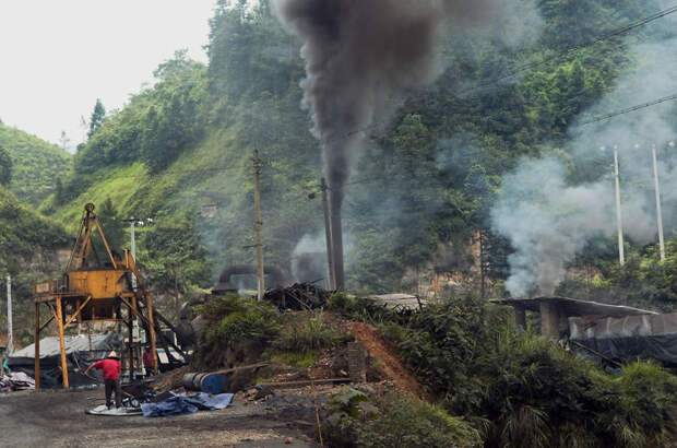 22. Выбросы завода на фоне лесов загрязнение, китай, экология