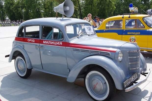 Долгое время служебные машины милиции вообще обходились без опознавательных знаков. Потом на стандартную окраску (как правило серую) стали наносить красные полосы… СССР, авто, автоистория, гибдд, ливрея, полицейский автомобилиь, полиция