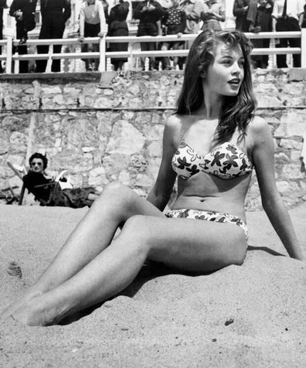 Французская актриса Брижит Бардо загорает на пляже во время Каннского кинофестиваля в 1953 году